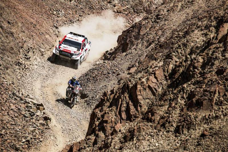 Toyota Hilux i motociklista Dakar 2019
