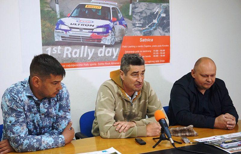 Dejan Krčevinac u sredini na press konferenciji